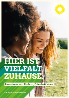Plakat: Hier ist Vielfalt zuhause - Zwei Junge Frauen mit Migrationshintergrund Arm in Arm