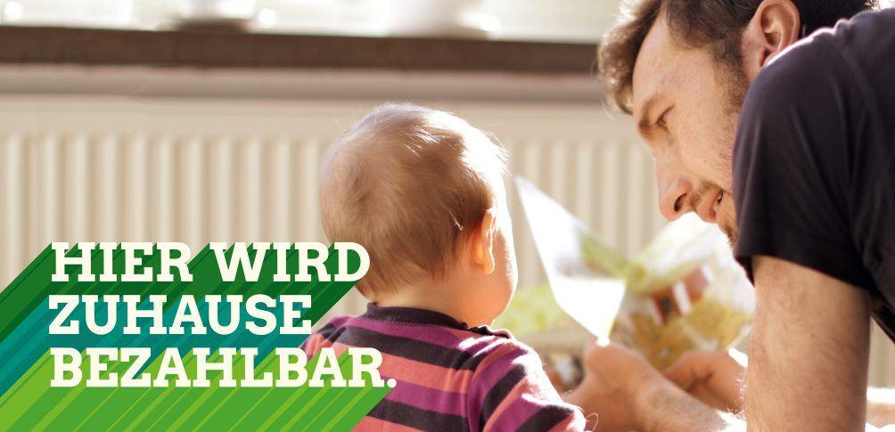 Foto: Hier wird zuhause bezahlbar - Junger Vater spielt mit Kleinkind