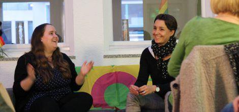 Foto: Ricarda Lang und Sandra Detzer diskutieren am Internationalen Frauentag