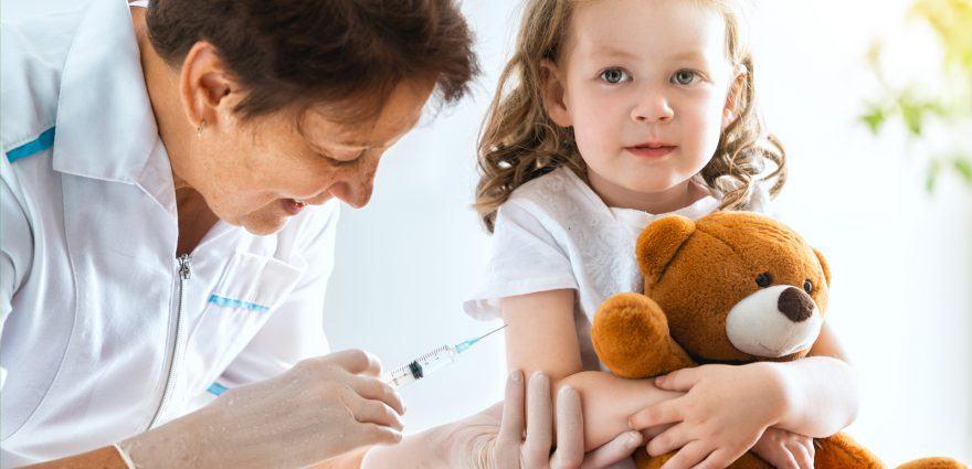 Foto: Kleines Mädchen bei der Impfung durch die Kinderärztin