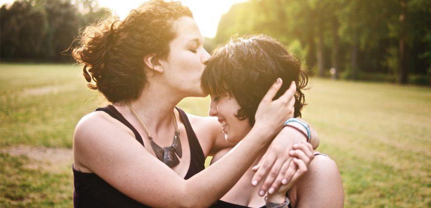 Foto: Lesbisches Pärchen im Park