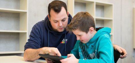 Foto: Valentin Helling und ein Schüler am Tablet