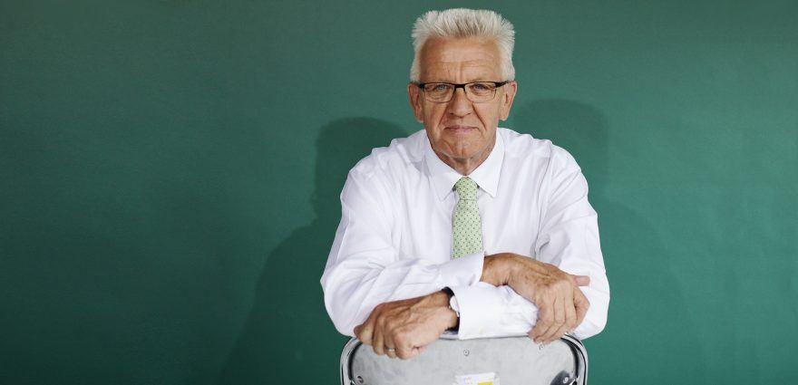 Foto: Winfried Kretschmann auf einem Klappstuhl