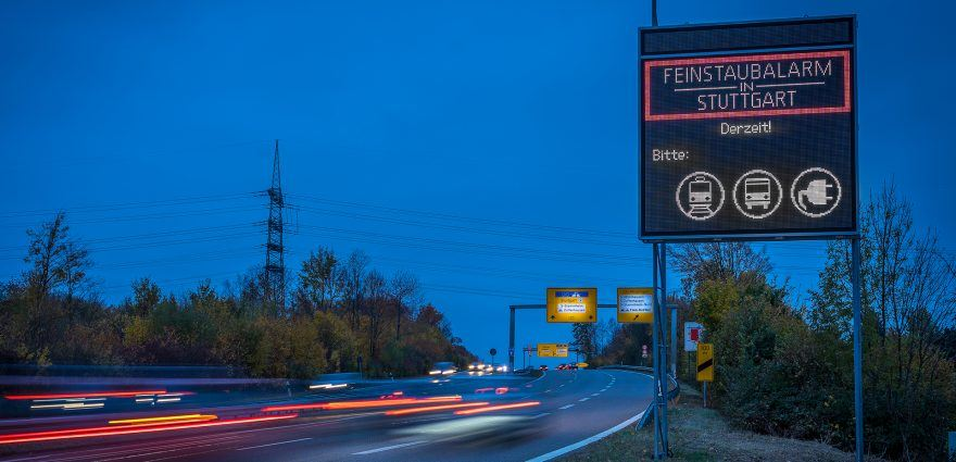 Foto: Schild an der Bundesstraße weist zur Luftreinhaltung auf Feinstaubalarm in Stuttgart hin