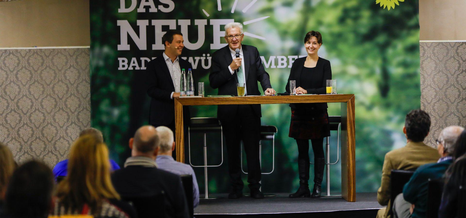 Foto: Sandra Detzer, Oliver Hildenbrand und Winfried Kretschmann präsentieren das neue Baden-Württemberg