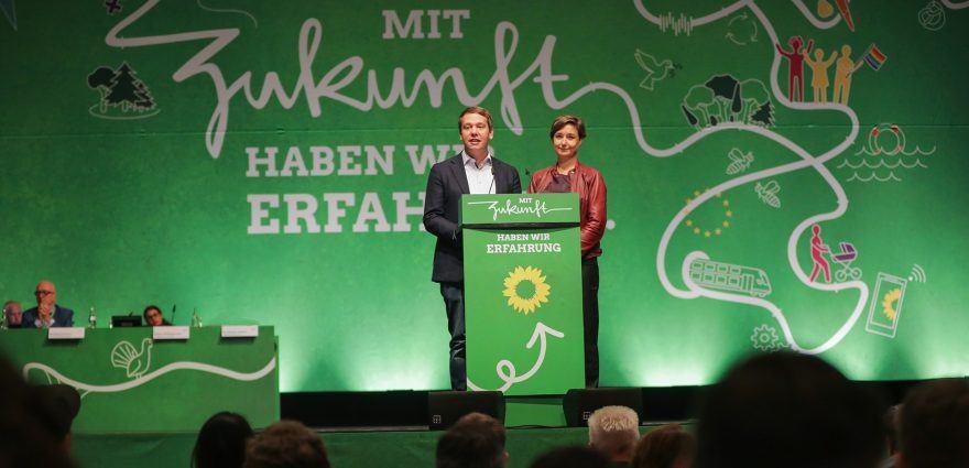 Foto: Sandra Detzer und Oliver Hildenrbrand eröffnen den Parteitag