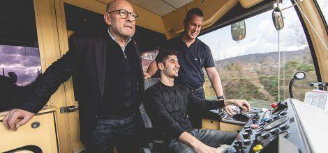 Foto: Winfried Hermann mit neuem Lokführer in der Straßenbahn