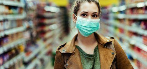 Foto: Frau mit Maske im Supermarkt