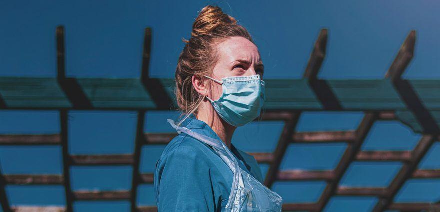 Foto: Krankenschwester mit Maske und Schutzkleidung
