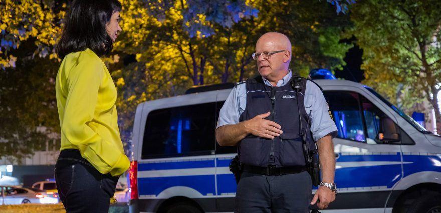 Foto: Muhterem Aras im Gespräch mit einem Polizisten