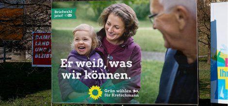 Foto: Großfläche von Winfried Kretschmann im Gespräch mit Mutter und Tochter