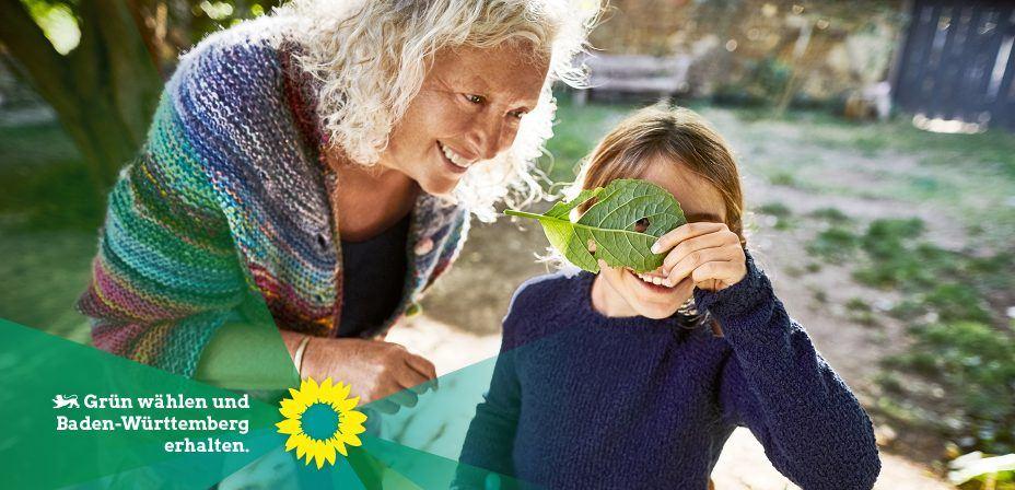 Foto: Oma und Enkelin im Garten