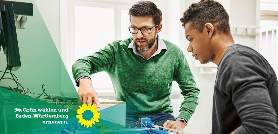 Foto: Zwei Männer beraten über Technik