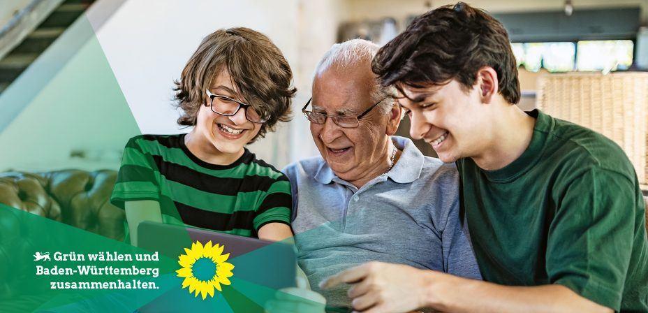 Foto: Opa und Enkel haben Spaß mit einem Tablet