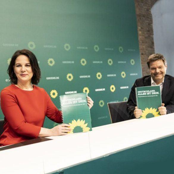 Foto: Annalena und Robert präsentieren den Entwurf für das Bundestagswahlprogramm