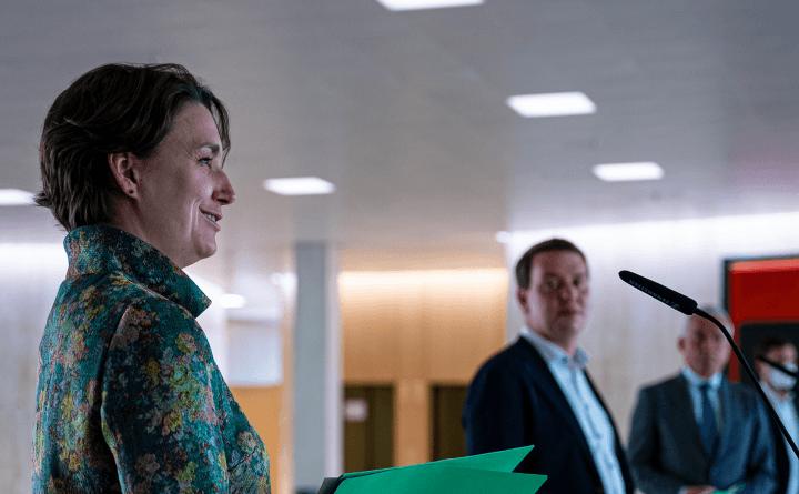 Foto: Sandra Detzer und Oliver Hildenbrand bei einer PK zu den Koalitionsverhandlungen